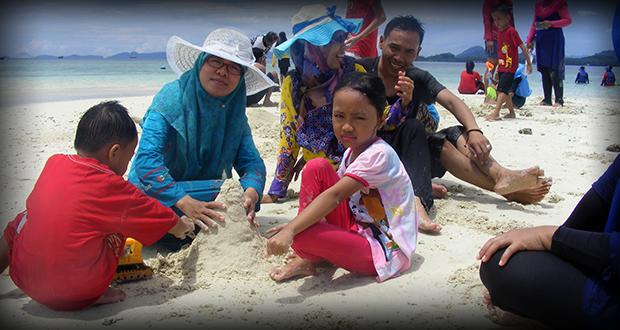 Bermain pasir bersama keluarga