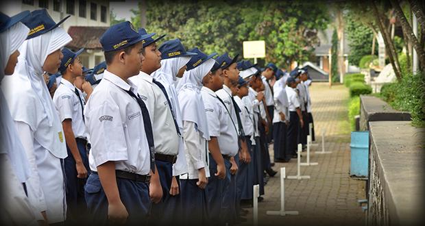 siswa upacara berbaris rapih pada saat Upacara Bendera
