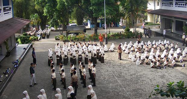 Berlatih di plaza SMP
