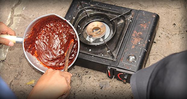 Proses pembuatan bom asap. Potasum dan gula yang membentuk seperti karamel.