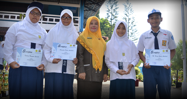 Siswa-Siswi anggota OSIS dan MPK SMP Al Kautsar peserta IONAS berfoto bersama Kepala Sekolah.