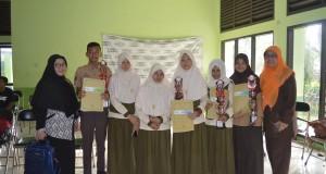 Para siswa Utusan SMP Al Kautsar foto bersama guru pendamping diajang FLS2N Kota