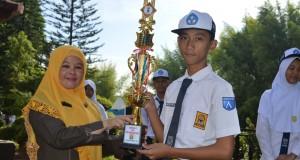 Kepala SMP Al Kautsar Sri Purwaningsih memberikan piala kepada Taufiqqurrahman, peraih Juara 2 Bidang IPS di OSN Tingkat Kota Bandar Lampung.
