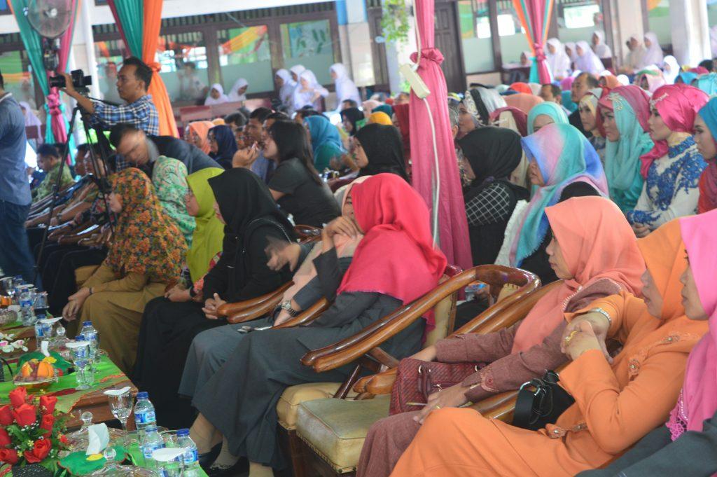 Dewan Guru dan Siswa-siswi mengikuti acara perpisahan