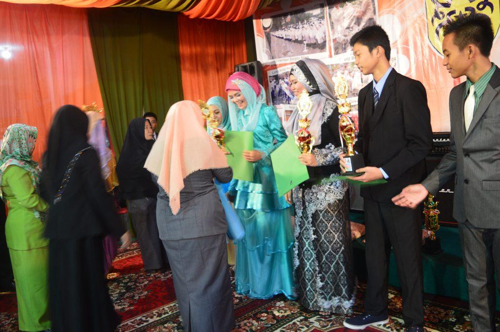 Pemberian penghargaan kepada siswa-siswi berprestasi