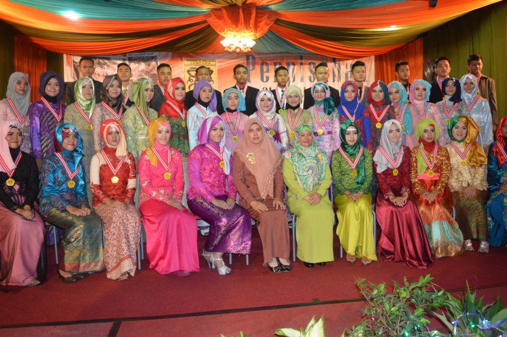 Foto bersama. Guru dan siswa kelas IX