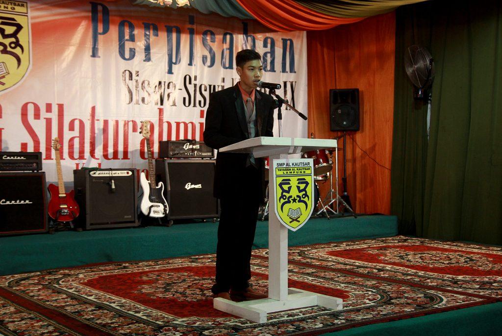 Furqon Anugrah Santana Memberika sambutan mewakili siswa-siswi