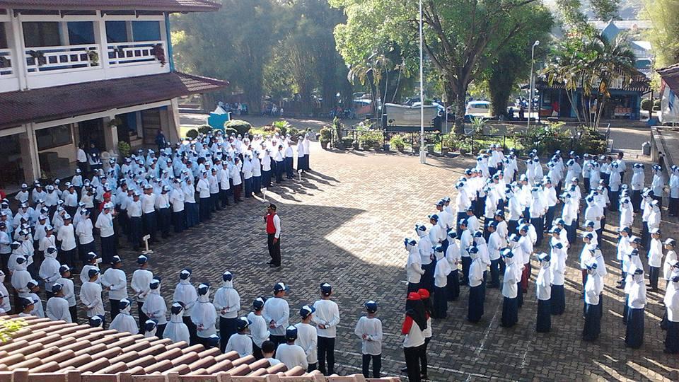 Suasana latihan Tata Upacara Bendera pada kegiatan MPPDB yang dilatih oleh PPI Bandar Lampung