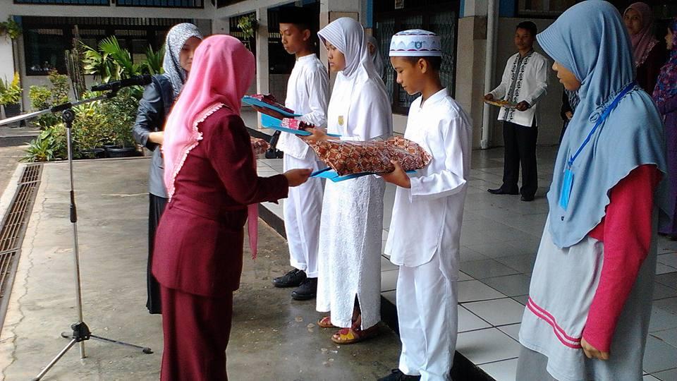 Pemberian hadiah oleh kepala sekolah kepada para peserta terbaik