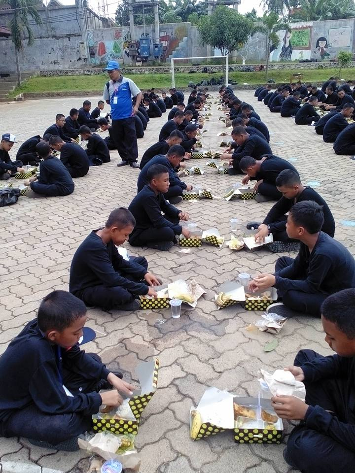 Para peserta PDS sedang makan bersama di plaza AL Kautsar