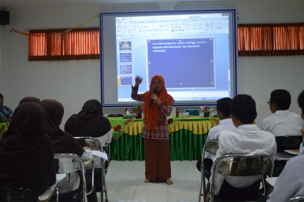Ibu Sri Purwaningsih Kepala Sekolah sedang mengisi materi kebijakan sekolah pada saat LDK di SMP Al Kautsar