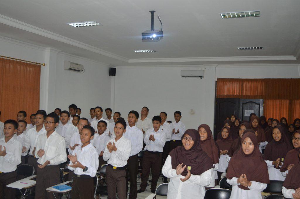 Para peserta LDK mengikuti materi yang sedang disampaikan