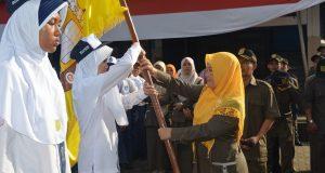 Penyerahan Bendera OSIS dari Kepala Sekolah kepada ketua OSIS Masa Bakti 2016/2017