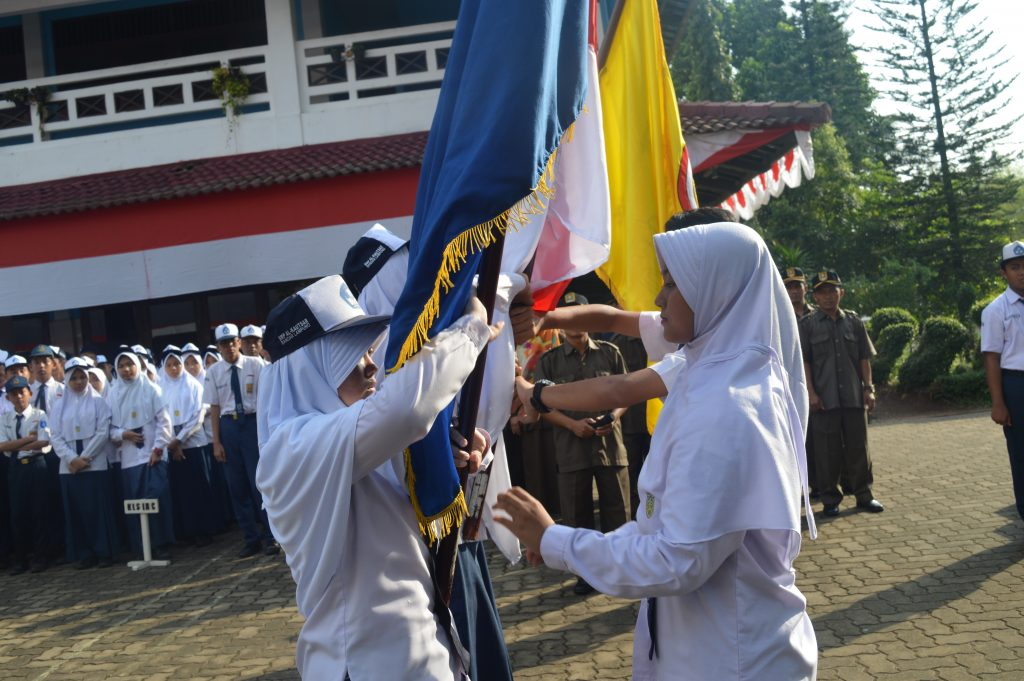 Penyerahan bendera yayasan dan bendera merah putih dari pengurus OSIS masa bakti 2015/2016 kepada pengurus OSIS masa bakti 2016/2017