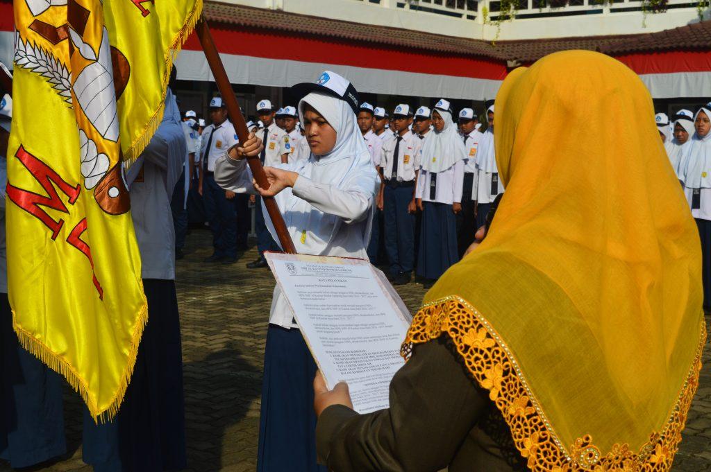 Kepala sekolah membacakan kata pelantikan dilanjutkan dengan Janji Pengurus yang dipimpin ketua OSIS