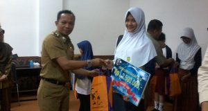 Audreyna menerima piagam dan bingkisan dari perwakilan Dinas Pendidikan Provinsi