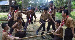 Peserta Orientasi Gabungan bermain game untuk melatih kerjasama