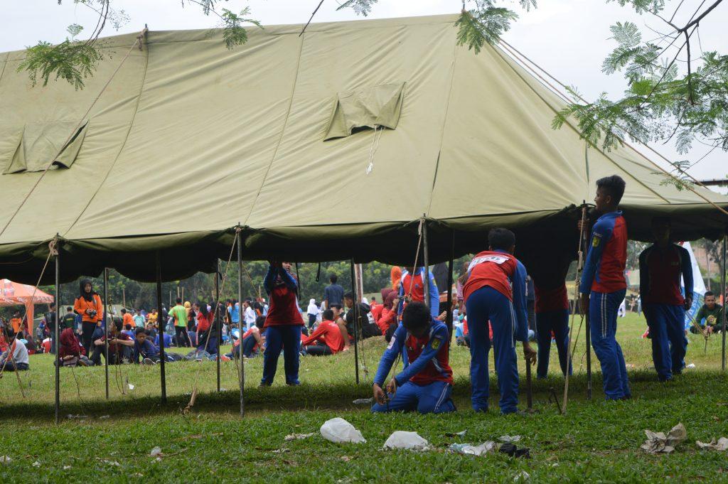 Tim SMP Al Kautsar sedang mendirikan tenda pada saat lomba di Unila