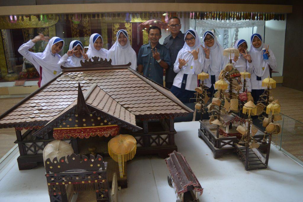 Siswa-siswi mengunjungi Museum Lampung