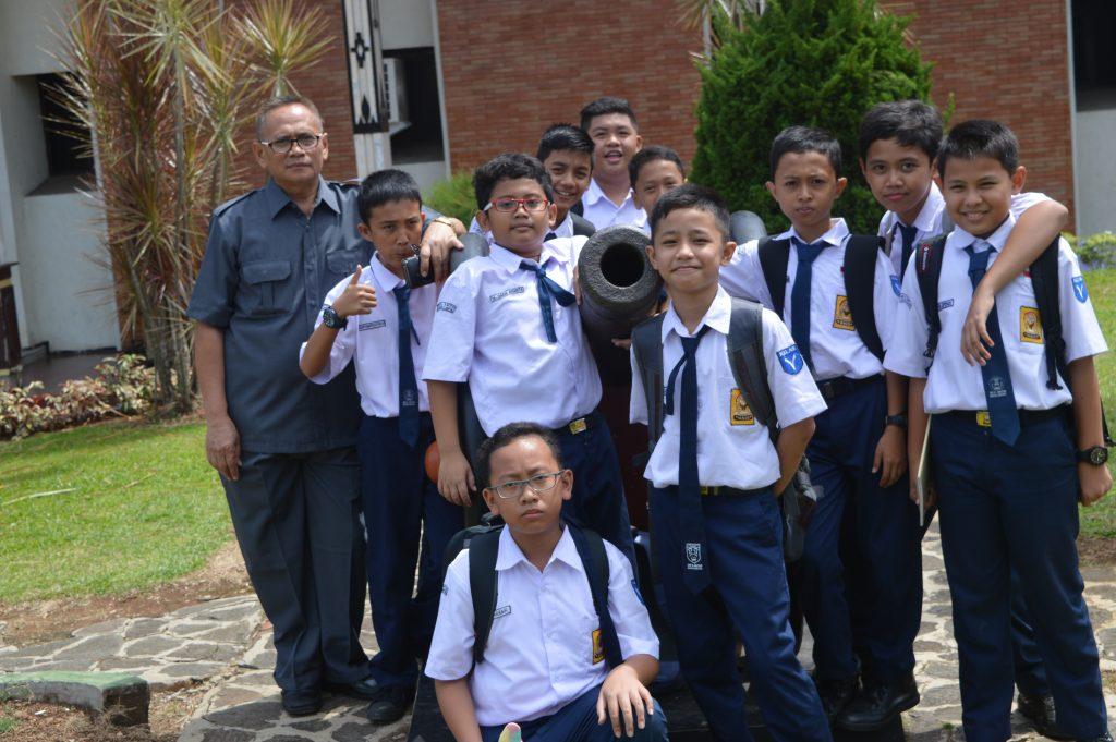 Para siswa berfoto bersama di depan Museum Lampung