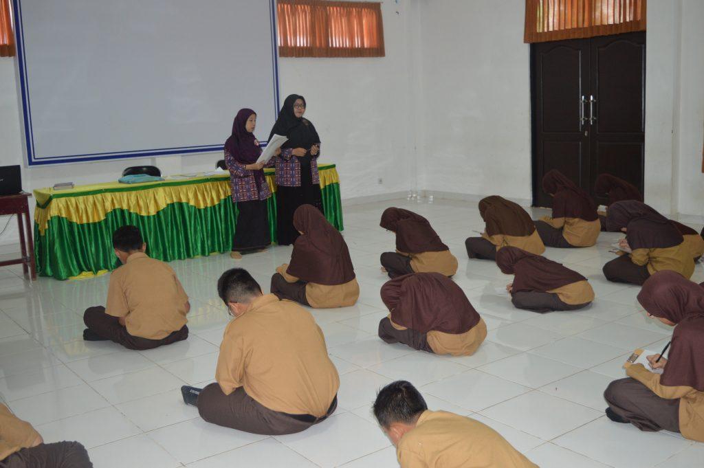 Siswa-siswi sedang mengikuti lomba speeling bee di SMP Al Kautsar