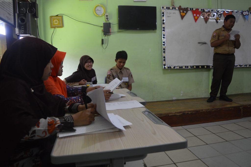 Siswa-siswi sedang mengikuti lomba membaca puisi di SMP Al Kautsar