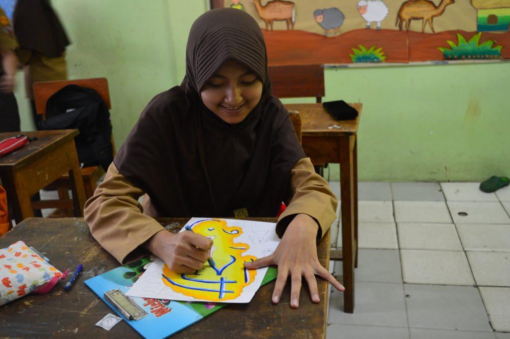 Siswa-siswi serius mengikuti lomba kaligrafi di SMP Al Kautsar