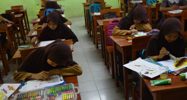 Siswa-siswi sedang mengikuti lomba Kaligrafi di SMP Al Kautsar