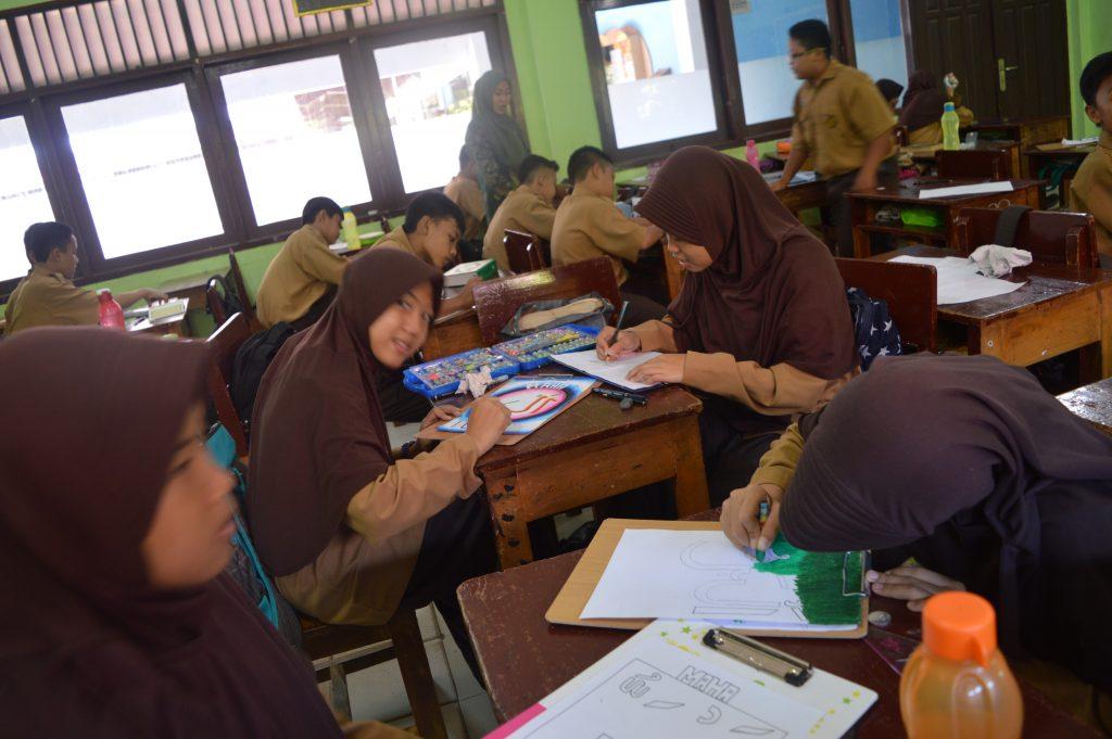 Siswi serius mengikuti lomba kaligrafi di SMP Al Kautsar