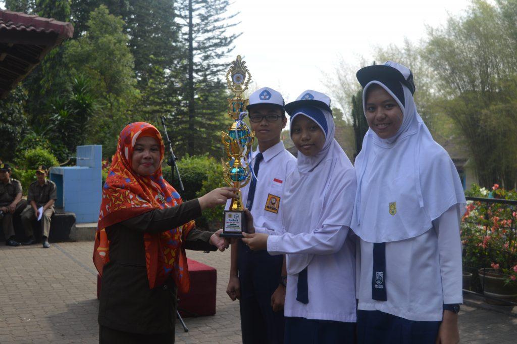 Kepala Sekolah menerima piala juara II LCT MIPA dari Tim