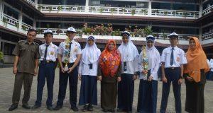 Siswa-siswi pemenang lomba berfoto bersama Kepala Sekolah dan Guru pembimbing