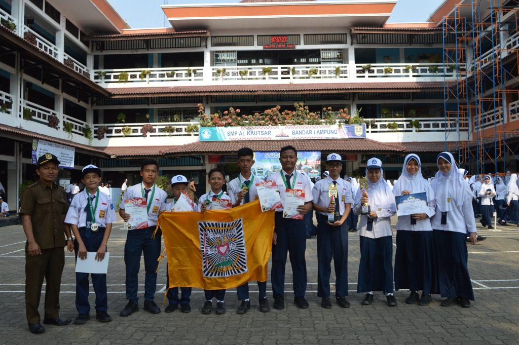 Para Pesilat SMP Al Kautsar Berfoto Bersama dengan Kepala Sekolah setelah penyerahan Medali kepada pihak sekolah