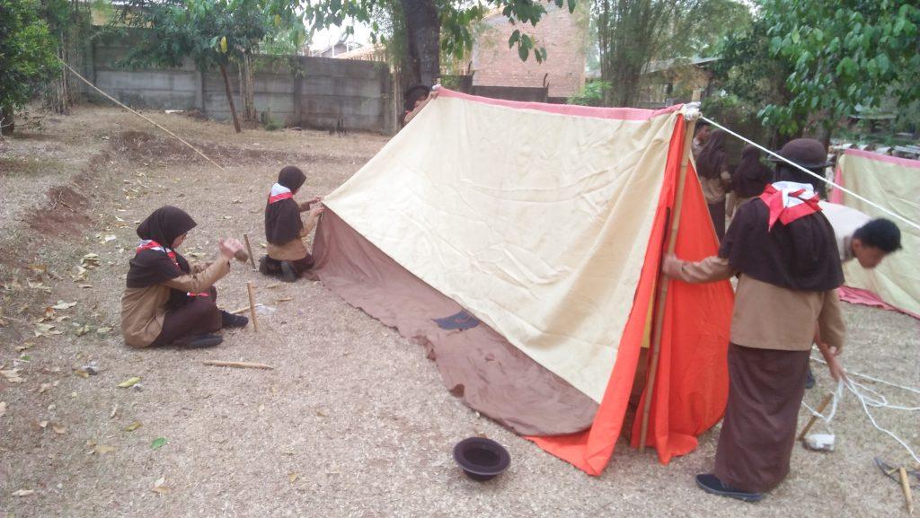 Para Siswa-Siswi Mendirikan Tenda saat Perjusami SMP Al Kautsar