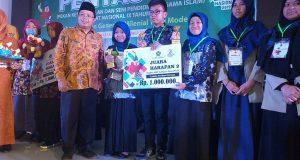 Penyerahan Hadiah Oleh Kakanwil Makasar Kepada Ahmad Rayki Salah satu Peserta Pentas PAI SMP AL Kautsar