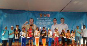 Queentania Dhara Chulfikar  (Berjilbab, Baju putih Celana biru) Memegang Piala Sebagai Perenang Terbaik