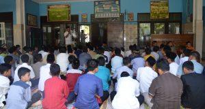 Siswa peserta sanlat ramadhan serius mendengarkan arahan dari panitia